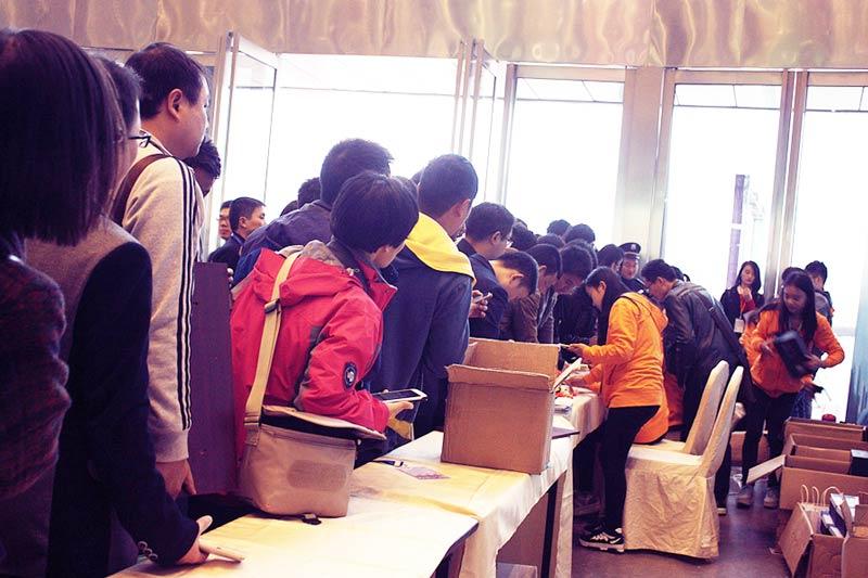 中国(合肥)互联网大会,在安徽首次引进由木鱼网络提供最领先的微信摇一摇周边商业解决方案。 通过在活动现场摇一摇抽奖,增加活动的互动性以及趣味性,创新性,拥抱互联网+,让活动现场能够营造出一个活跃互动的氛围。大家通过摇一摇,将摇出大波福利:现金红包与各种各样的惊喜礼品,同时在活动现场,大家也可以拍照转发朋友圈。